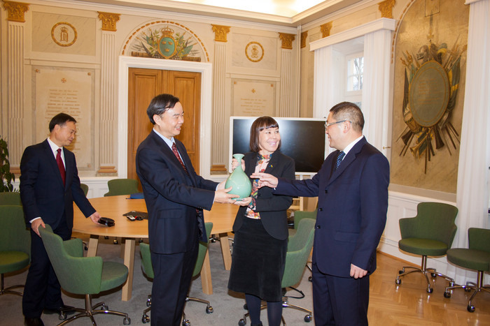 Wang Weijie, Executive dean of faculty of medicine and health, Xiao Gang, President, rektor Ylva Fältholm and Shen Yugang, Director of international affairs, Lishui University i Kina.